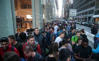 周五(9月22日),世界各地的一些果粉聚集在当地苹果店门内外,等待购买新版手机iPhone 8。图为纽约第五大道上排队购买iPhone 8的人群。 (Drew Angerer/Getty Images)
