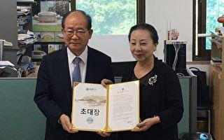 首尔灯节委员会委员长张炳鹤(左)与嘉义县长张花冠。(嘉义县政府提供)