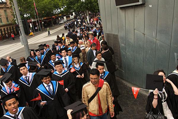 一項最新調查顯示,三分之一的澳洲大學畢業生進入職場後,未能在與他們所學專業對口的領域內找到工作。(Luis Enrique Ascui/Getty images)