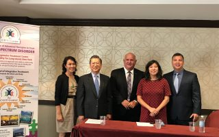 國會議員孟昭文(右二)、華商會理事長胡師功(左二)對亞裔兒童自閉症的增多表示關注,「綜合與創新療法中心」(CIIT Center)表示將在皇后區開設新中心加強對亞裔的服務。 (林丹/大紀元)