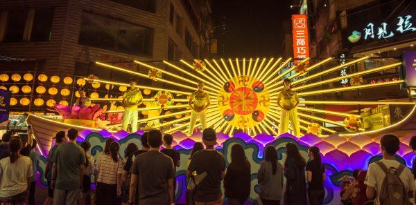 台灣法輪大法學會大型花車,法輪功學員展示五套功法。(林志彥/大紀元)