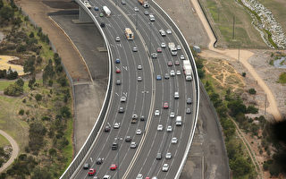 高峰时段的交通拥堵和莫纳什高速公路升级工程的延误正在阻碍着墨尔本东南部地区的开发。(Scott Barbour/Getty Images)