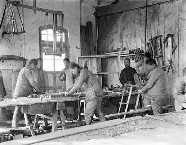 木匠在工房内忙碌着,摄于1917年-1919年之间。(甘博/公有领域)
