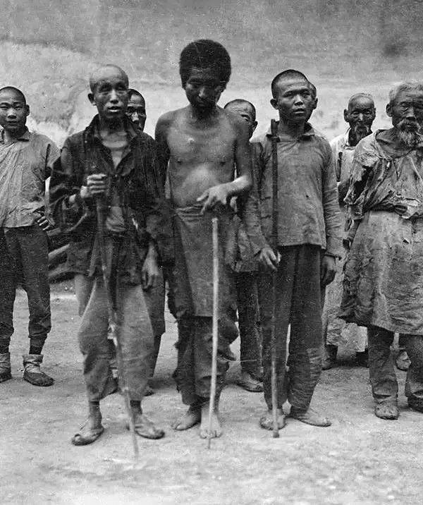 街头的盲人,摄于1917年-1919年之间。(甘博/公有领域)