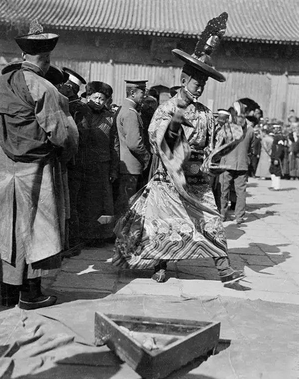 北京雍和宫的喇嘛在仪式上跳舞,摄于1917-1919之间。(甘博/公有领域)