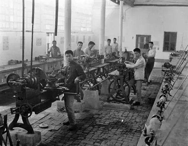 北京的一个机械加工厂车间,摄于1917-1919之间。(甘博/公有领域)