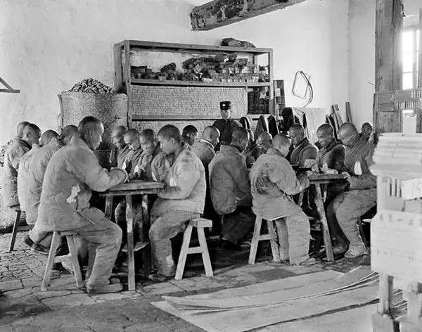 北京一所监狱内,犯人在做火柴,摄于1917年-1919年之间。(甘博/公有领域)