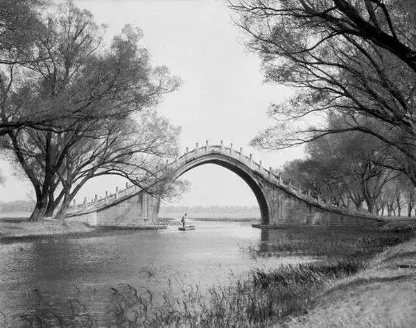 北京颐和园昆明湖上的玉带桥,摄于1917-1919之间。(甘博/公有领域)