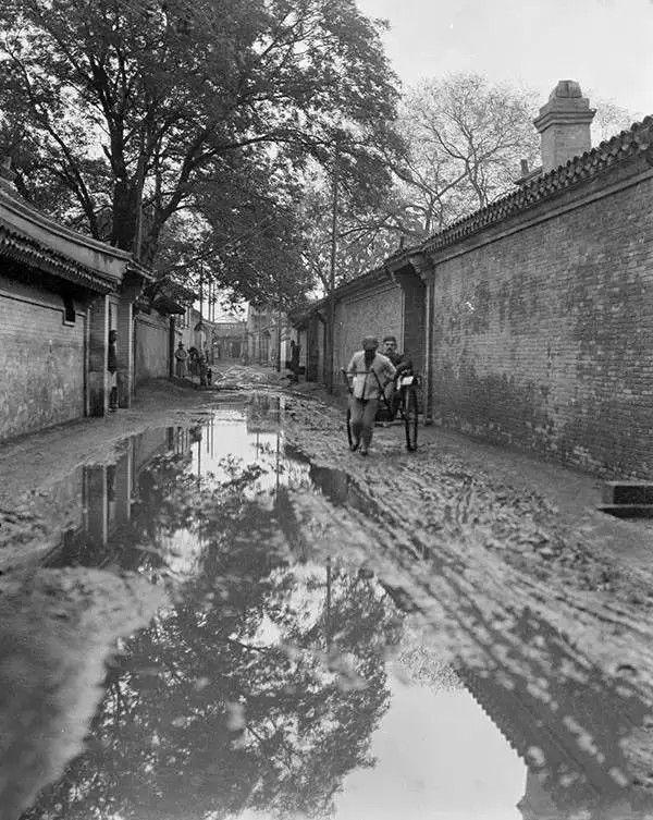雨后的北京,胡同里很泥泞,摄于1917年-1919年之间。(甘博/公有领域)