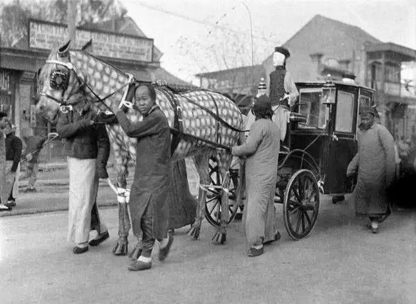 北京一个葬礼上的纸扎马车,摄于1917-1919之间。(甘博/公有领域)