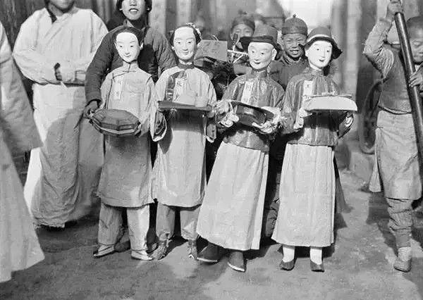 北京葬礼上的纸扎仆人,摄于1917-1919之间。(甘博/公有领域)