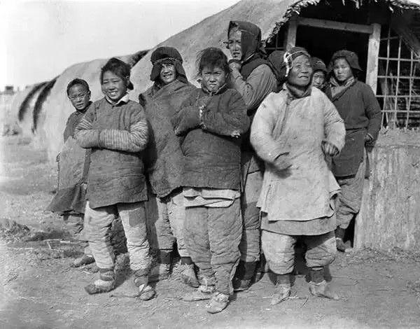 天津住在窝棚的难民们,摄于1917年-1919年之间。(甘博/公有领域)