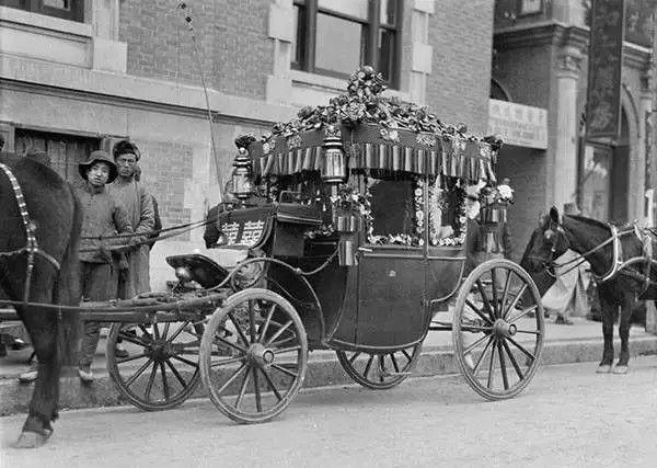 天津东马路青年会门口,等候接新郎新娘的马车,摄于1917年-1919年之间。(甘博/公有领域)