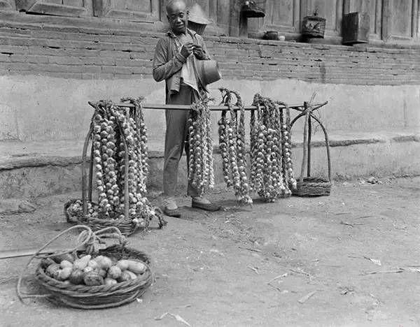 河北山海关街头卖大蒜的小贩,摄于1917-1919之间。(甘博/公有领域)