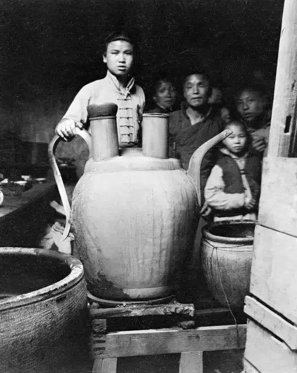 杭州装大碗茶的茶壶,摄于1919年。(甘博/公有领域)