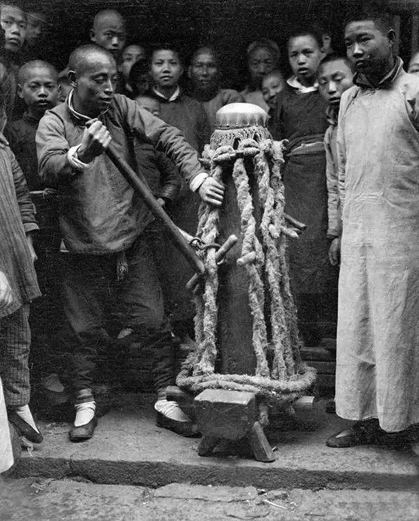 杭州街头,手艺人表演做鼓,摄于1919年。(甘博/公有领域)