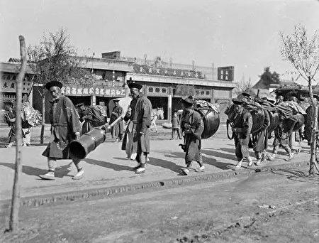 北京街头,一群背着乐器的人,摄于1917年-1919年之间。(甘博/公有领域)