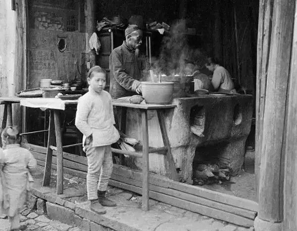杭州街边的小吃店,摄于1917年-1919年之间。(甘博/公有领域)