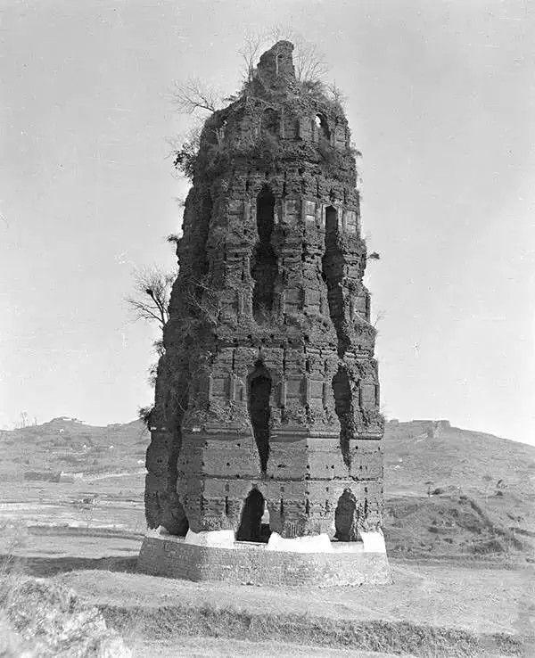 杭州雷峰塔,摄于1917-1919之间,塔之后于1924年坍塌。(甘博/公有领域)