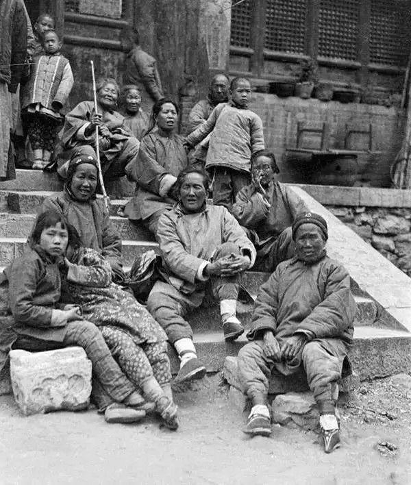 山东济南太庙的香客,摄于1917年-1919年之间。(甘博/公有领域)