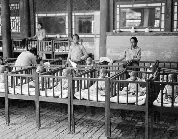 河北保定育婴堂收养的弃儿,摄于1919年。(甘博/公有领域)
