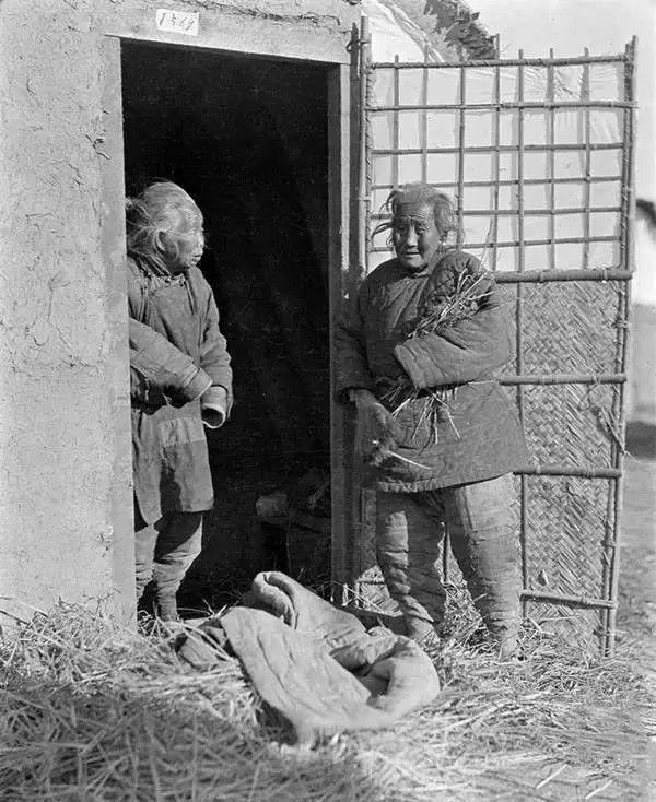蜗居在破旧房屋中的流浪人,摄于1917年-1919年之间。(甘博/公有领域)