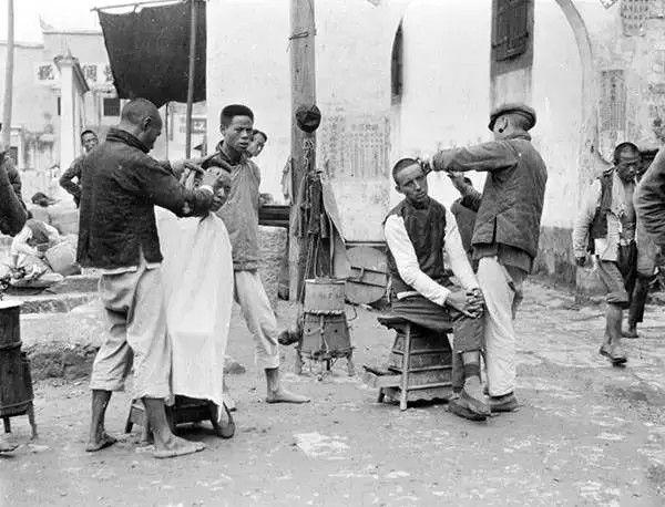 湖北宜昌街头理发摊,摄于1917年。(甘博/公有领域)