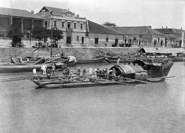 湖北宜昌,一艘船打算靠岸,摄于1917年-1919年之间。(甘博/公有领域)