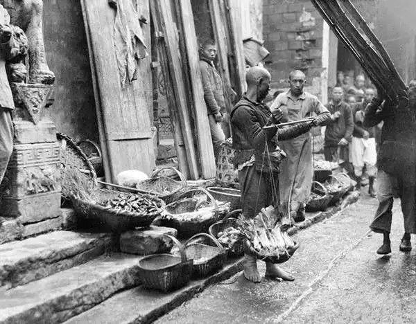 湖北宜昌街边小贩,摄于1917年-1919年之间。(甘博/公有领域)