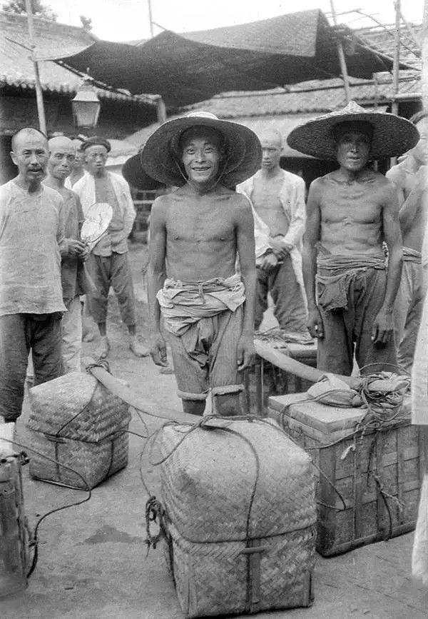 四川成都的挑夫,摄于1917年。(甘博/公有领域)