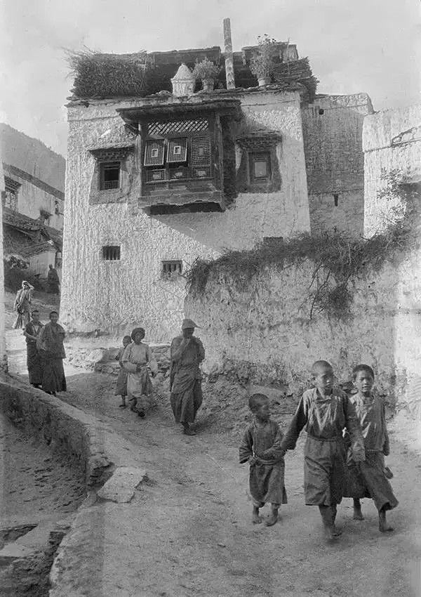 四川,一群孩子走过一个喇嘛庙的围墙,他们身后是喇嘛庙的窗户,摄于1917年。(甘博/公有领域)