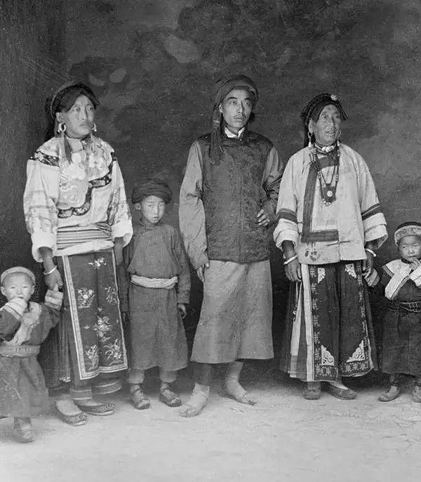 四川一户藏族人家庭,摄于1917年。(甘博/公有领域)