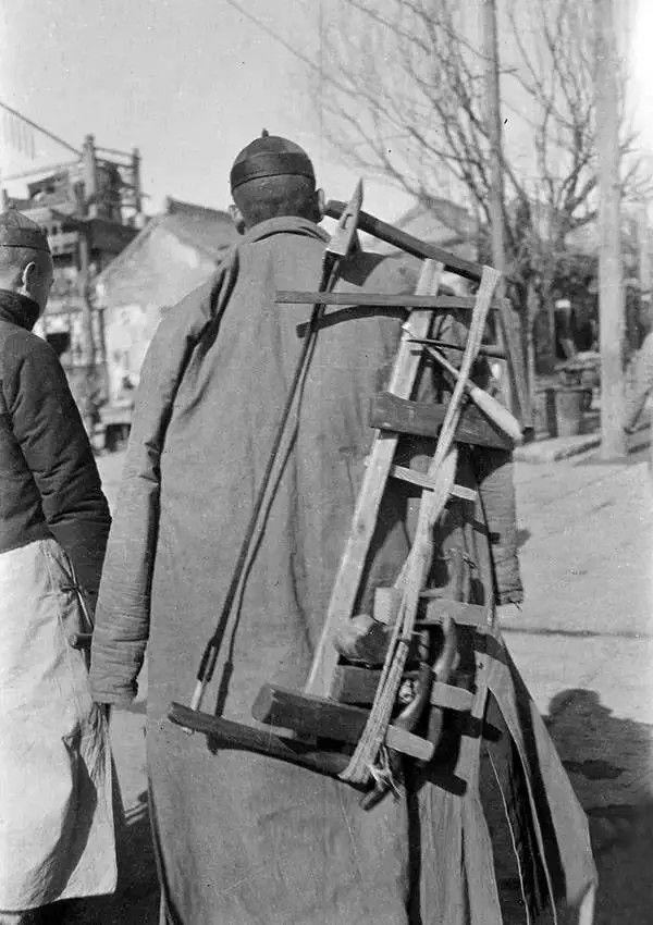 北京一个外出做活的木匠,摄于1917年-1919年之间。(甘博/公有领域)