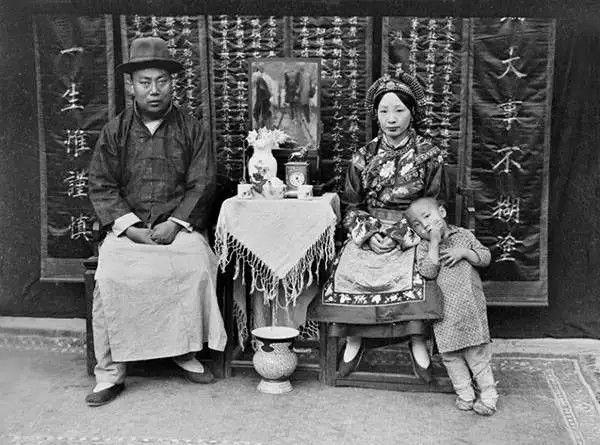 四川理县杂谷吞高益斋(藏族)与妻儿,摄于1917年。(甘博/公有领域)