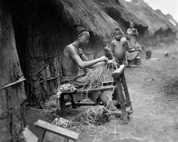 四川遂宁的农民在做草鞋,摄于1917年。(甘博/公有领域)