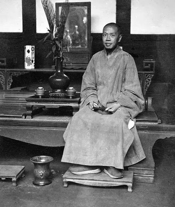 四川新都县一所寺庙的住持,摄于1917年。(甘博/公有领域)