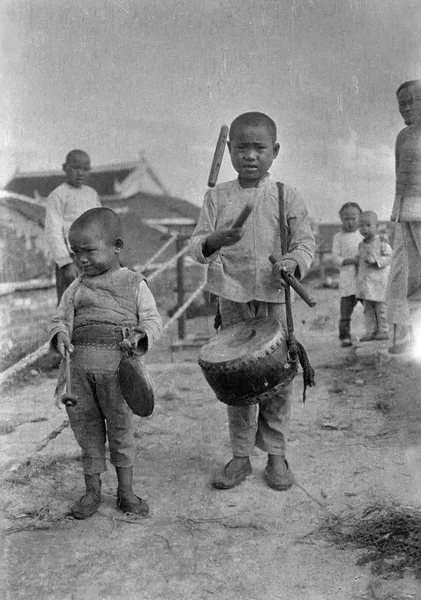 重庆街头的孩子们,摄于1917年。(甘博/公有领域)