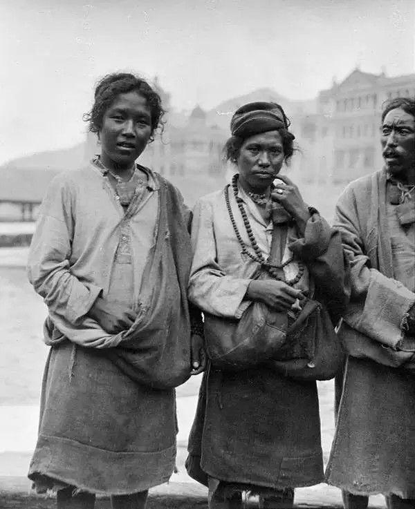 在澳门的尼泊尔人,摄于1917-1919之间。(甘博/公有领域)