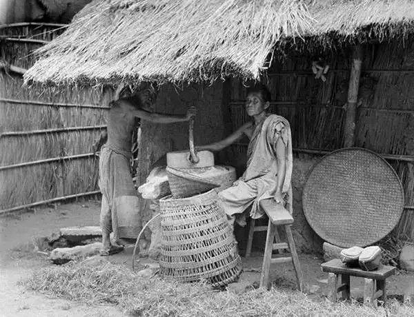 四川潼川一户农家在磨面,摄于1917年。(甘博/公有领域)