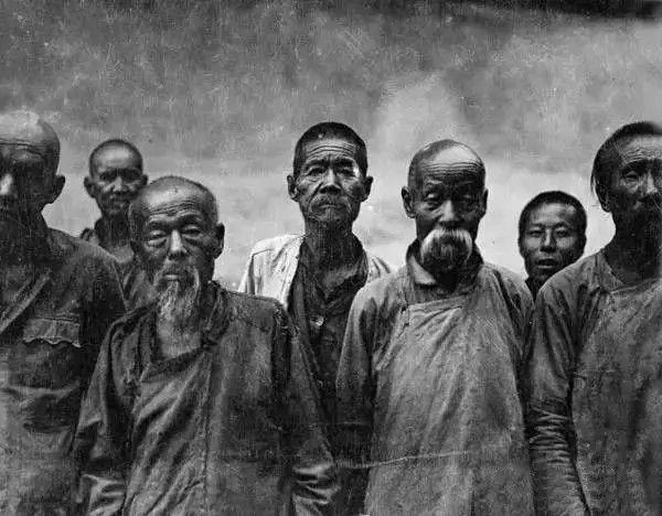 一群农民,摄于1917年-1919年之间。(甘博/公有领域)