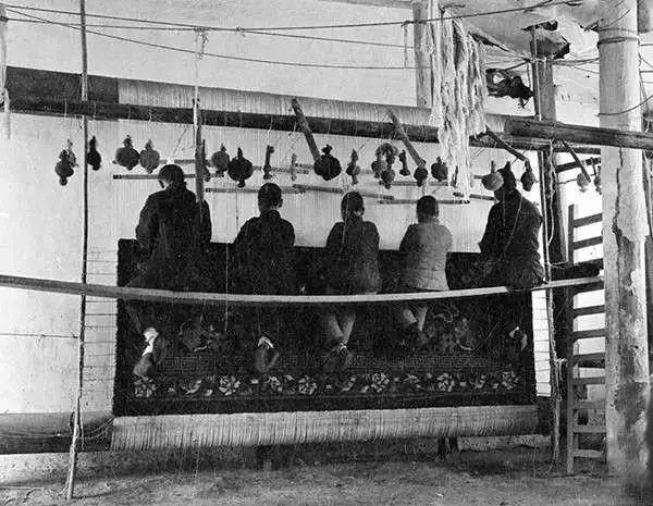 北京,一家工厂内工人在织地毯,摄于1917年-1919年之间。(甘博/公有领域)