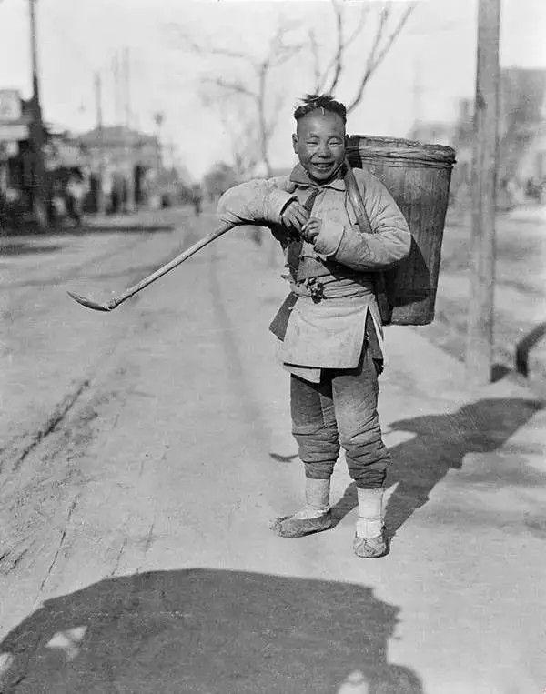 北京的一个拾粪人,摄于1917年-1919年之间。(甘博/公有领域)