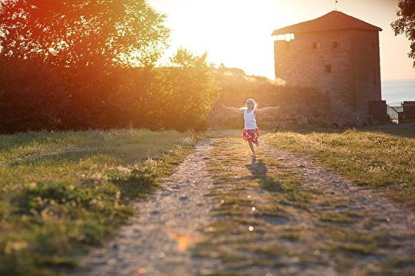 人生在世,宁可相信积德行善有好报的道理,免得真到了真相大白的那一刻后悔。(Pixabay)