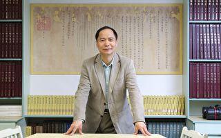 陈熙远带领明清档案工作室,透过明清史料寻找不同课题的答案。 身后是清圣祖康熙皇帝的诏书,比电视剧中的诏书大很多。 (摄影:张语辰)