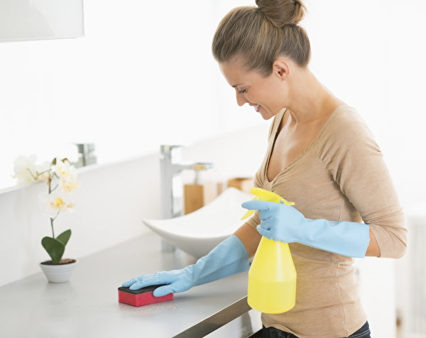 家庭主妇经常使用清洁用品。(Fotolia)