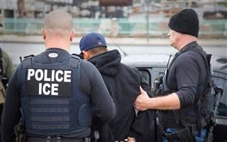 联邦移民执法部门在近期一次行动中逮捕非法移民。(ICE提供)
