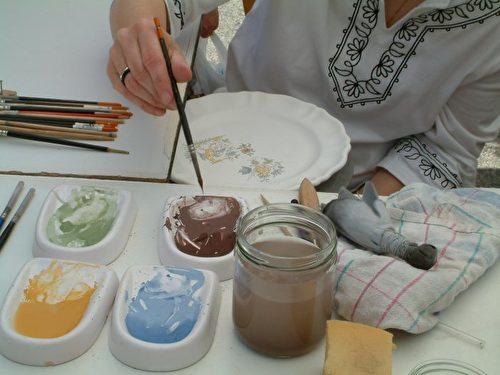 """Moustiers小镇陶瓷作坊""""太阳""""至今还使用18世纪传统手工制作彩陶。(太阳陶瓷作坊提供)"""