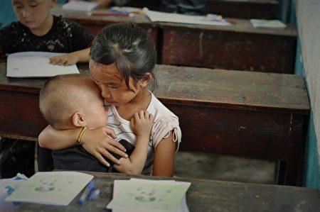 龙张欢带弟弟上学。(NTDTV)