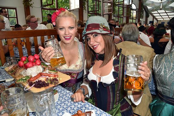 啤酒節不分男女老少開心舉杯。圖為女孩穿著傳統服飾與會。 (Hannes Magerstaedt/Getty Images)