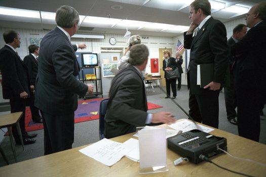 小布什总统在2001年9月11日(星期二)在佛州萨拉索塔的艾玛•埃布•布克小学一间教室观看世界贸易中心遭袭事件的电视报道。(Photo by Eric Draper, courtesy of the George W. Bush Presidential Library)